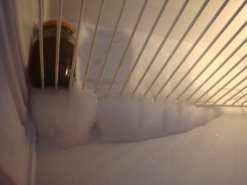 Лёд на стенке в холодильнике