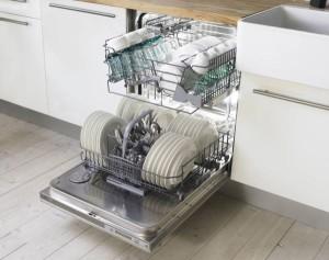 Чистая посуда в машинке
